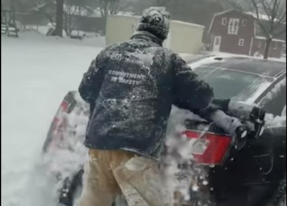 Фото №1 - Мужик чистит автомобиль сыном (оторопелое видео)