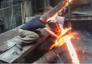 Жаропрочный «русский», окунающий руку в струю кипящего металла, потряс Интернет (снова)! ВИДЕО