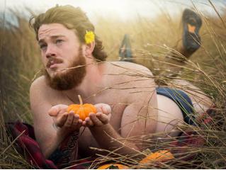 Жена сняла мужа в чувственной фотосессии с тыквами