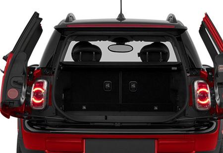 Для чего у некоторых автомобилей есть фонари в багажнике?