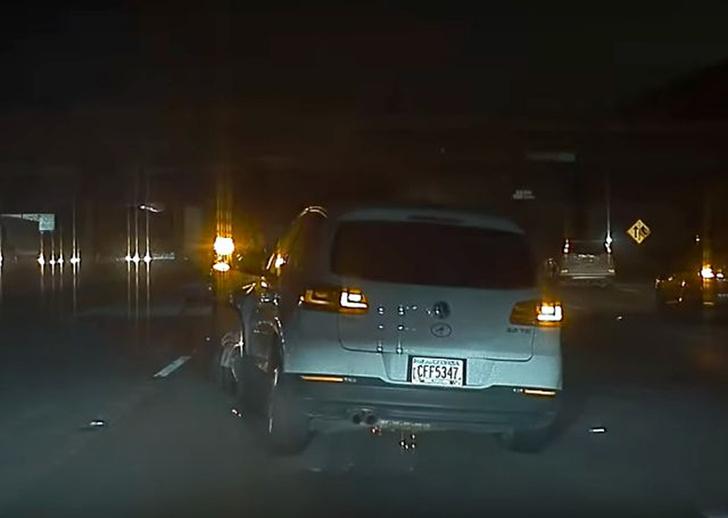 Фото №1 - Электроника помогает водителю Tesla избежать аварии (красноречивое видео)