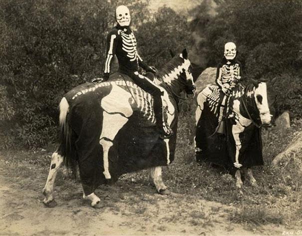 Фото №14 - Самые жуткие ретрокостюмы на Хеллоуин!