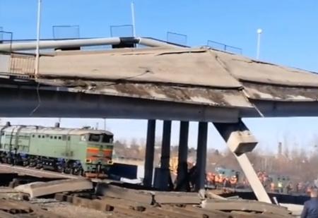 Недорухнувший мост эпично дорушили тепловозом (видео)