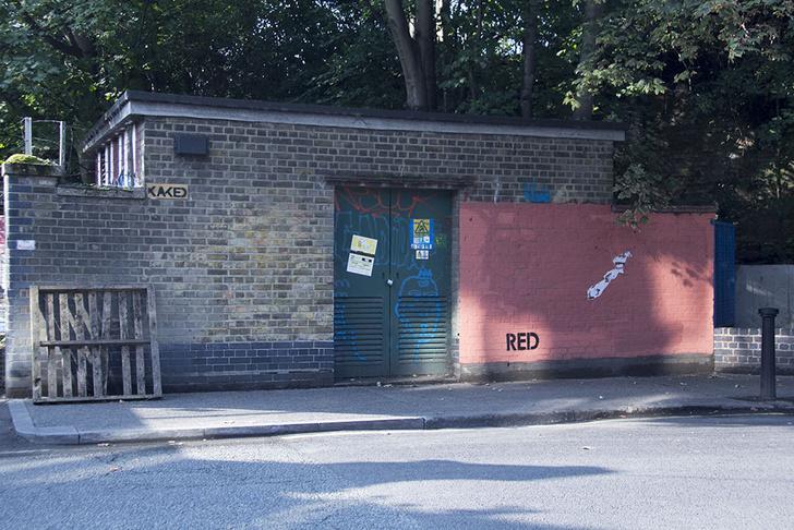 Фото №2 - Красное на черном: Как уличный художник троллил коммунальщиков