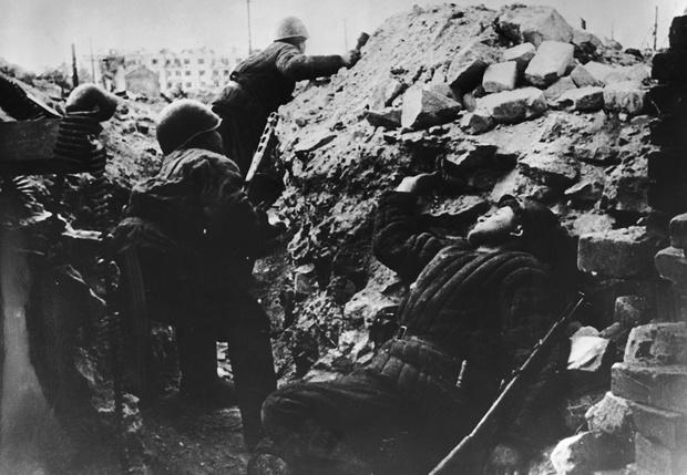 Советские солдаты. На заднем плане — дом Павлова. Сталинград, 1942
