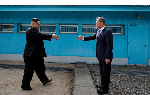 Фото №2 - 12 разогнанных мужчин: охрана, бегущая за лимузином Ким Чен Ына, взбаламутила Интернет (ВИДЕО)