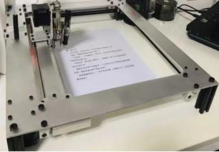 Китайская школьница завела робота, который делал за нее домашние задания