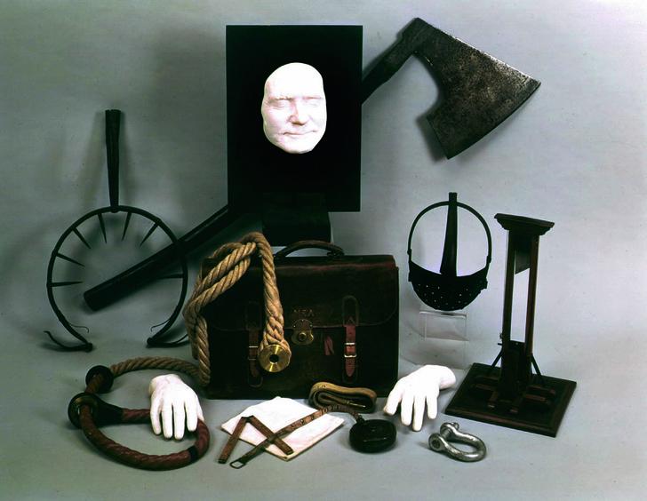 Экспозиция, включающая портфель палача и слепки его лица и рук