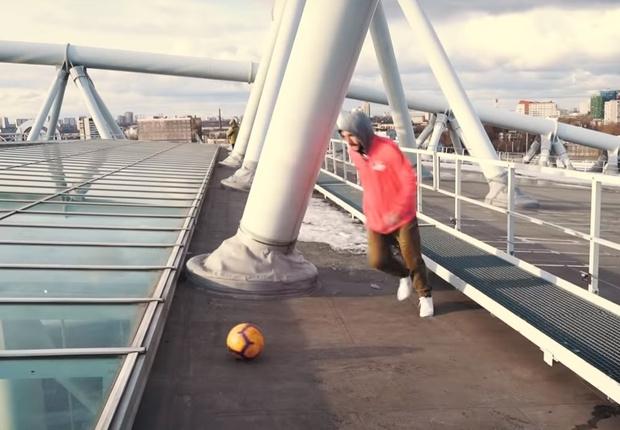 Фото №1 - Футболист забил с крыши 52-метрового стадиона. Дважды! (видео)