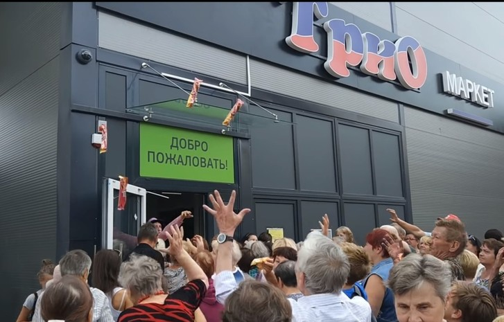 Фото №1 - Ажиотаж на открытии продуктового магазина: мороженое бросают прямо в толпу (удручающее видео)