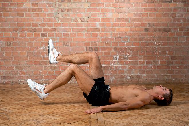 Опускание ног попеременно лежа