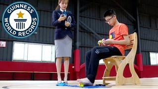 Новый рекорд: подросток собрал три кубика Рубика одновременно, причем один из них — ногами (видео)