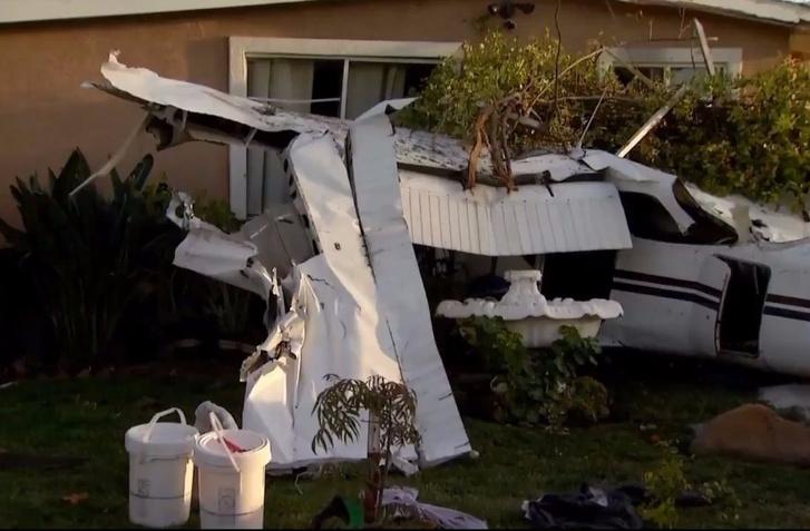 Фото №1 - Гляди, как самолет рухнул прямо на жилой дом!