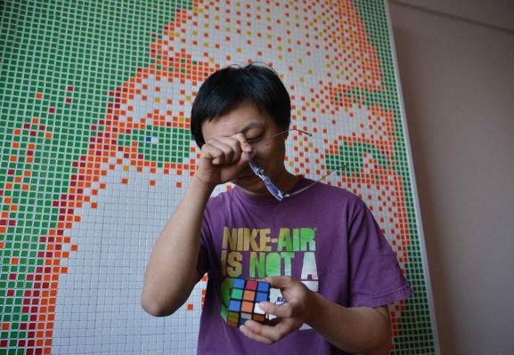 Китаец сделал портрет девушки из 846 кубиков Рубика и был отвергнут!