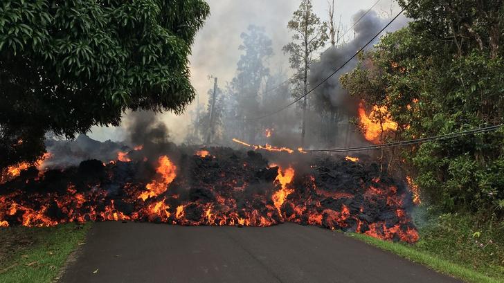 Фото №1 - Лава из вулкана на Гавайях заливает жилые районы (ВИДЕО)