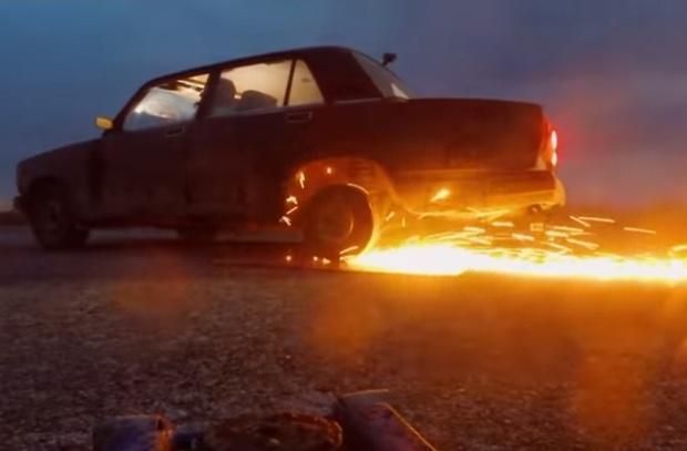 Фото №1 - Мужики сварганили автомобилю колеса из дисков для болгарки (видео)