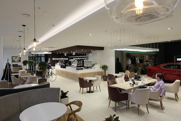 Фото №1 - «По латте и оформим сделку?» – Skoda и «Шоколадница» совместили шоу-рум и кофейню