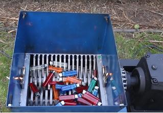 Что будет, если бросить зажигалки в размалыватель (видео)