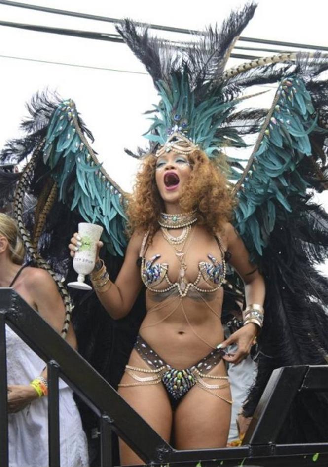 певица Рианна на карнавале