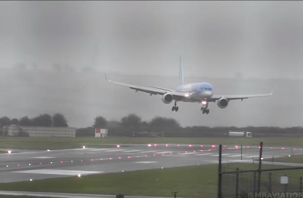Фото №1 - Пассажирский «Боинг» заходит на посадку боком из-за мощного встречного ветра (видео)