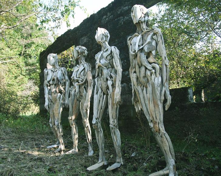 Фото №1 - Пугающие скульптуры из коряг от мастера японских арт-ужасов