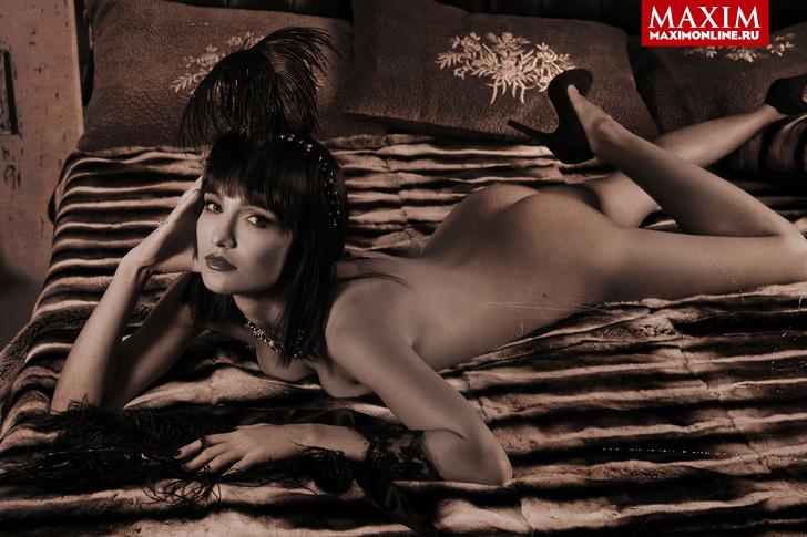 "Фото №4 - Актриса Евгения Брик: «Да, я та самая девушка, которая голой сидит на лавке в сериале ""Оттепель""»"