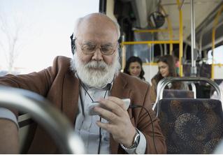 Ученые рекомендуют не уступать пожилым людям место в транспорте