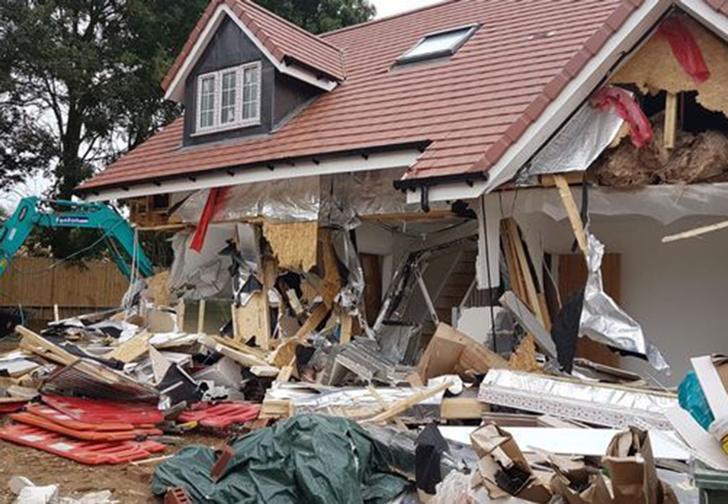 Фото №1 - В Лондоне экскаваторщик разломал пять новых домов, когда ему не заплатили (видео)
