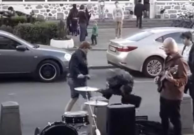 Фото №1 - Уличный музыкант слетел с катушек и избил мужика, мешавшего ему играть! (ВИДЕО)
