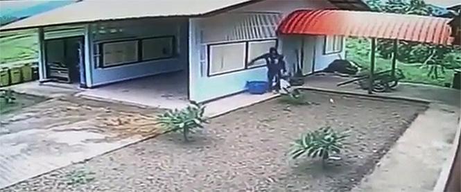 Грабитель-дебил вламывается в абсолютно открытый гараж. Незабываемое видео!
