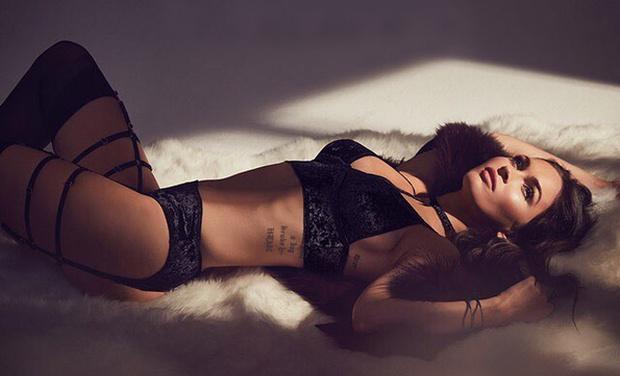 Фото №1 - Меган Фокс снялась рекламе нижнего белья, и это одна из ее лучших ролей!