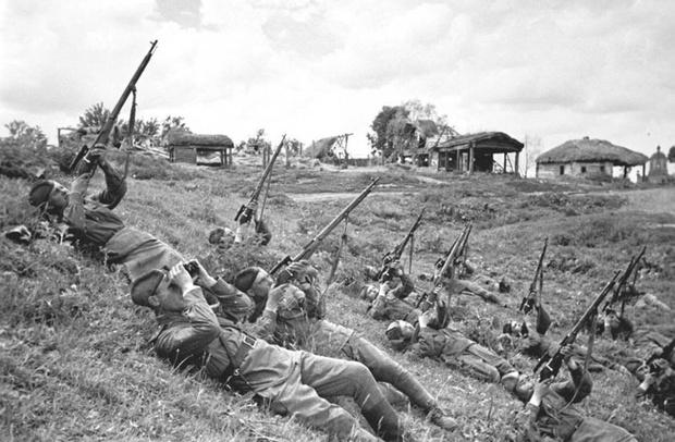 Снайперы подразделения старшего лейтенанта Ф.Д. Лунина ведут залповый огонь по самолетам противника