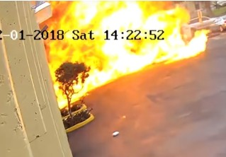 Мощный взрыв самолета, после крушения протаранившего школу, попал на видео