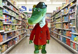 Пьяный американец пришел в магазин, случайно захватив с собой живого аллигатора. Дикое ВИДЕО!