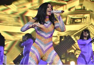 У хип-хоп-звезды Карди Би во время выступления лопнул костюм на интересном месте (видео концерта прилагаем)
