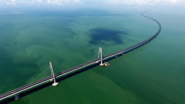 Фото №1 - Вот как выглядит самый длинный в мире морской мост, только что открытый в Китае (видео)