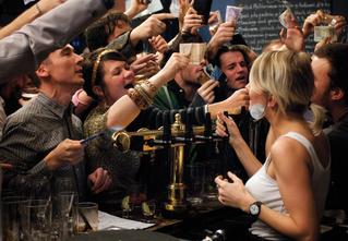Как привлечь внимание бармена