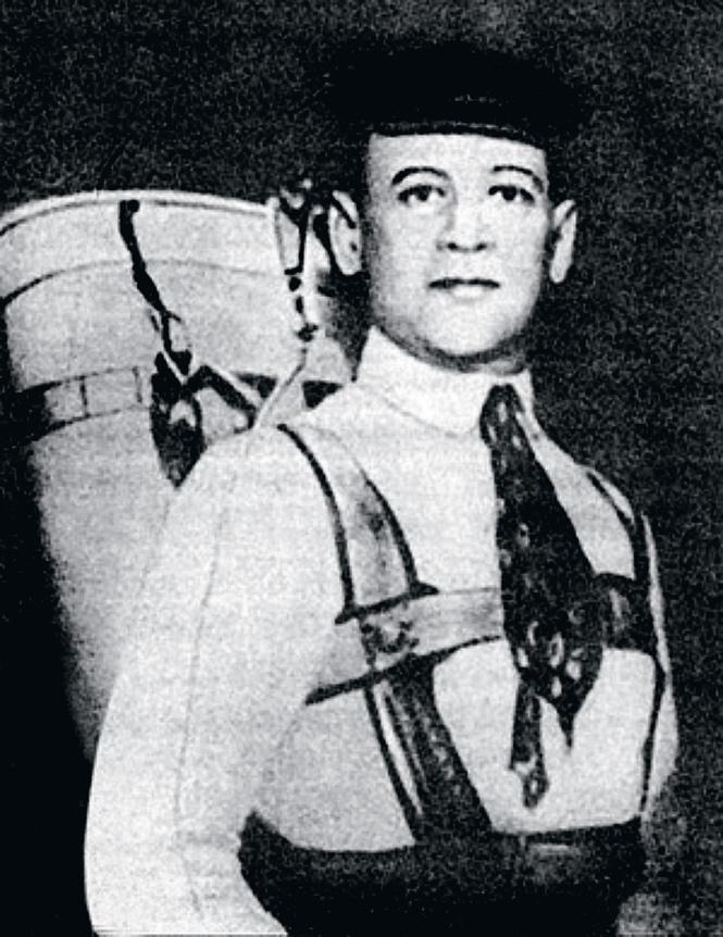Глеб Котельников со своим ранцевым парашютом, 1911 год
