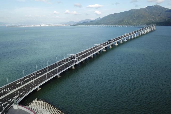 Фото №3 - Вот как выглядит самый длинный в мире морской мост, только что открытый в Китае (видео)