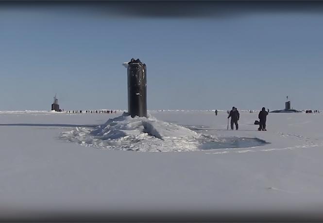 Фото №1 - Редкое природное явление: три подводные лодки пробиваются сквозь лед! ВИДЕО!