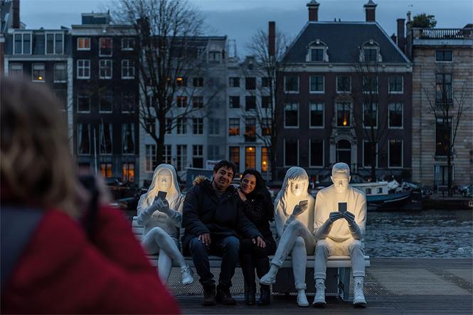 В Амстердаме возвели светящий монумент пользователям смартфона