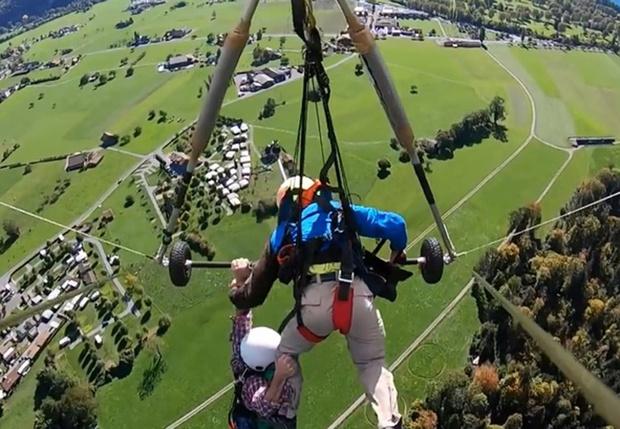 Фото №1 - Пилот не пристегнул туриста к дельтаплану, и бедолаге пришлось лететь, повиснув на одной руке (аэрофобное видео)