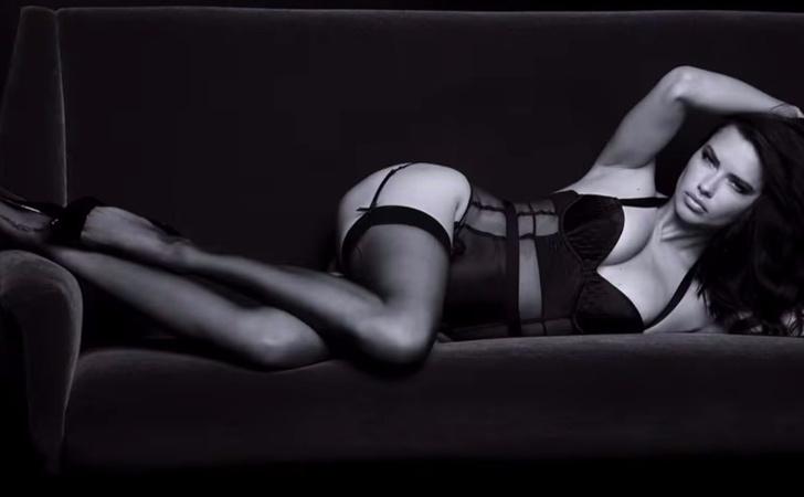 Фото №1 - Головокружительная реклама, где Адриану Лиму от тебя отделяет только прозрачное эротичное белье!