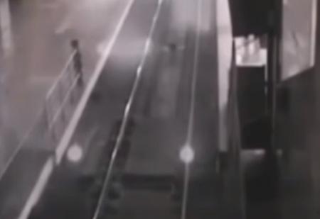 Поезд-призрак прибывает на вокзал, чтобы забрать пассажиров-невидимок, и уезжает неведомо куда! (совершенно реальное ВИДЕО)