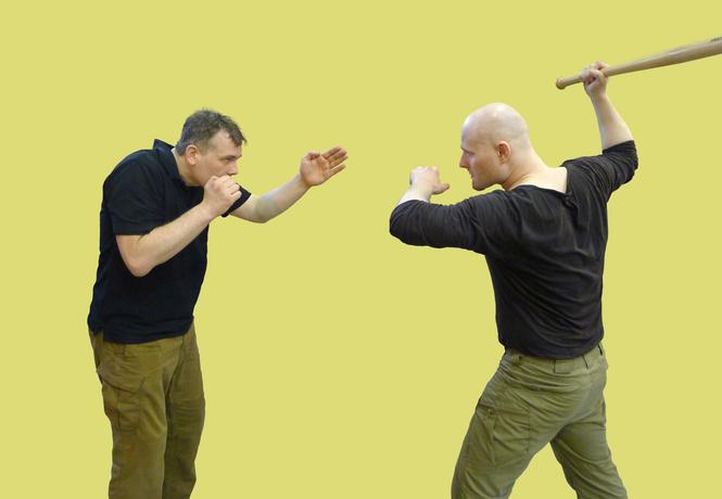 Как отразить удар битой по голове, кулаком в лицо, ногой в пах и ножом в бок?