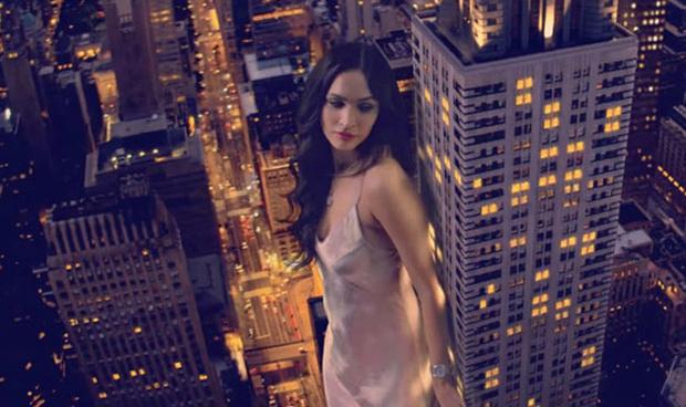 Фото №2 - Это надо видеть! Рекламная кампания с сексуальной Меган Фокс в виде гигантского монстра