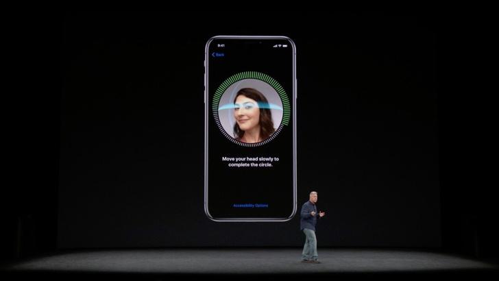 Чтобы разблокировать телефон, достаточно посмотреть на экран, технология Face ID сделает скан лица и распознает владельца. Специальная начинка Neural Engine с помощью машинного обучения лучше распознает лица.