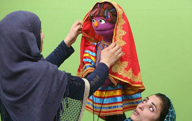 Фото №1 - Детская передача «Улица Сезам» пополнилась персонажем, исповедующим ислам