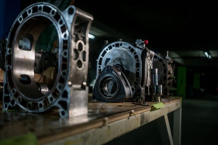 Фото №1 - Все, что ты хотел знать о роторных двигателях, но стеснялся спросить у этих… ну, с гаечными ключами
