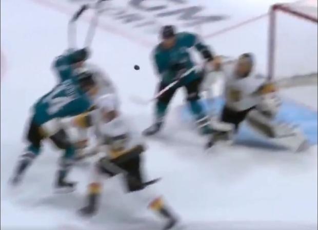 Фото №1 - Хоккеист забил зубами неожиданно для себя (редкое видео)